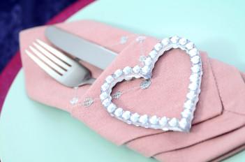 Stoffservietten falten Anleitung Bestecktasche Valentinstag