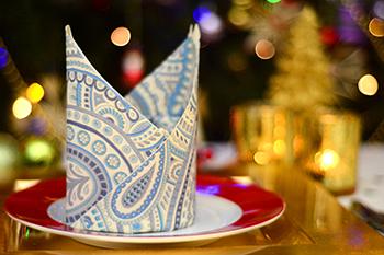 Servietten falten Bischofsmütze zu Weihnachten